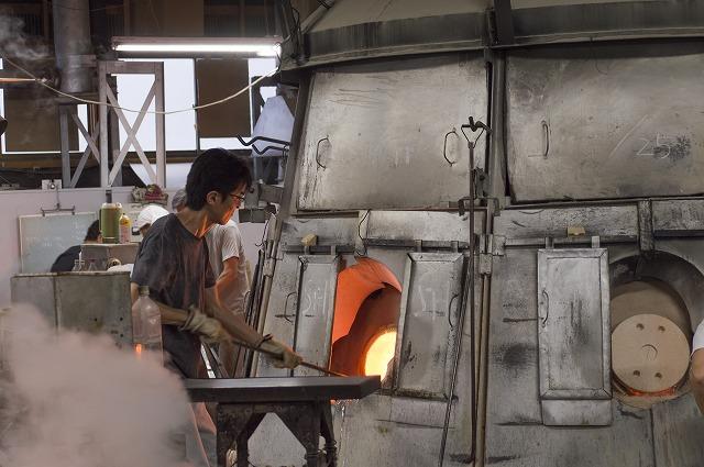 工場の中央に陣取る「窯」。常時1,300度~1,400度の高温で焚き続けており、24時間365日火を止めることはない。