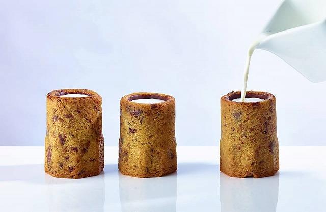 (写真はフェイスブックより:クッキーショットはショットグラスにかたどったクッキーに牛乳を入れて楽しむ一品。)
