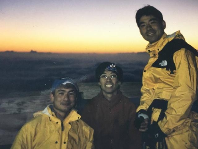 アルピニスト野口健氏(左)と海洋冒険家白石康次郎氏(右)と富士山頂上にて。